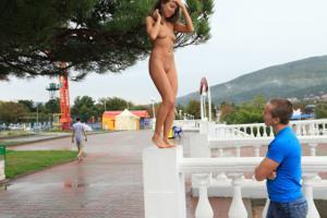 Голая Евгения на набережной - фото #11