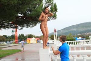 Голая Евгения на набережной - фото #12