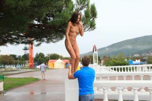 Голая Евгения на набережной - фото #14