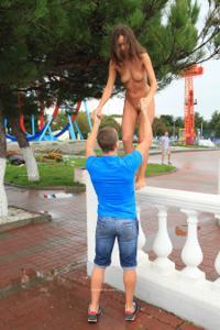 Голая Евгения на набережной - фото #16
