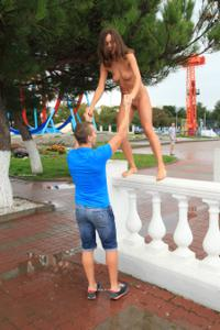 Голая Евгения на набережной - фото #17