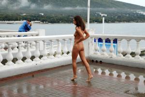 Голая Евгения на набережной - фото #2