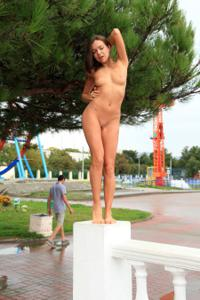 Голая Евгения на набережной - фото #5
