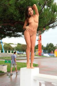 Голая Евгения на набережной - фото #6