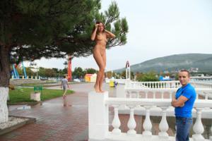 Голая Евгения на набережной - фото #9