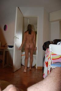 Француженка писает стоя - фото #36