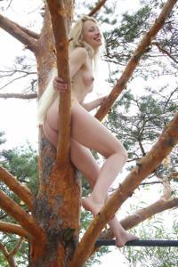Худые девушки на природе - фото #7