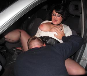 Женщину в теле ебут толпой возле машины - фото #11