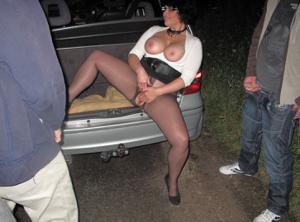 Женщину в теле ебут толпой возле машины - фото #17