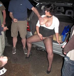 Женщину в теле ебут толпой возле машины - фото #20