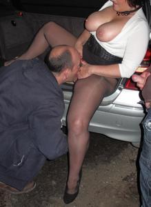 Женщину в теле ебут толпой возле машины - фото #22
