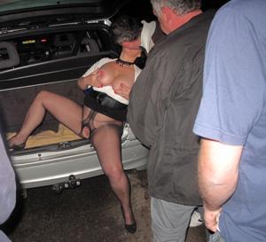 Женщину в теле ебут толпой возле машины - фото #26