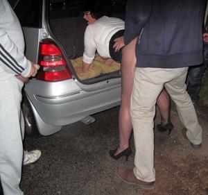 Женщину в теле ебут толпой возле машины - фото #28