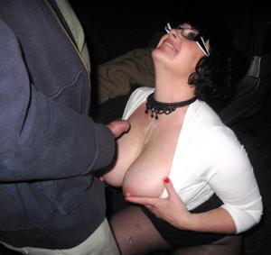 Женщину в теле ебут толпой возле машины - фото #5