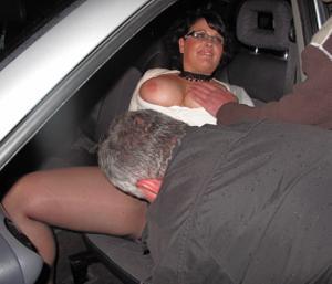 Женщину в теле ебут толпой возле машины - фото #9