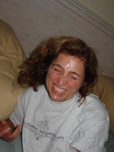 Красивая милфа тащится от спермы на лице - фото #14