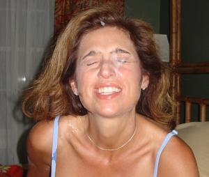 Красивая милфа тащится от спермы на лице - фото #16
