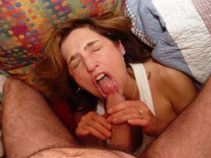Красивая милфа тащится от спермы на лице - фото #21