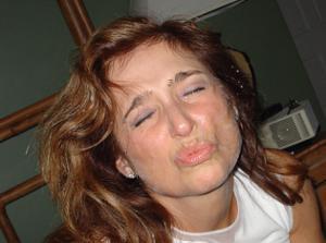 Красивая милфа тащится от спермы на лице - фото #27