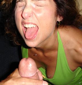 Красивая милфа тащится от спермы на лице - фото #28