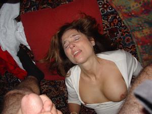 Красивая милфа тащится от спермы на лице - фото #34