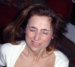 Красивая милфа тащится от спермы на лице - фото #35