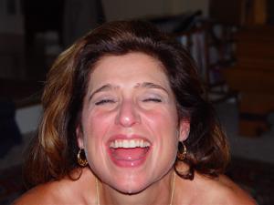 Красивая милфа тащится от спермы на лице - фото #37