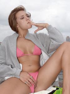 Элизабет любит курить - фото #2
