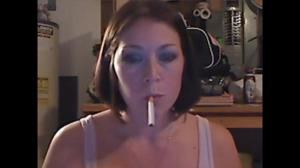 Элизабет любит курить - фото #30