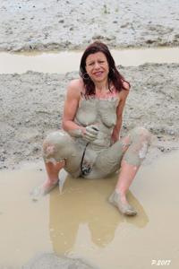 Петра купается в грязи - фото #19