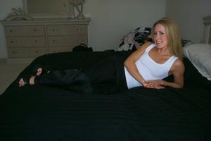 Знатная блондинка сняла трусики - фото #21