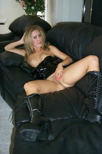 Знатная блондинка сняла трусики - фото #40