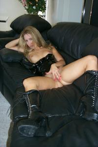 Знатная блондинка сняла трусики - фото #41
