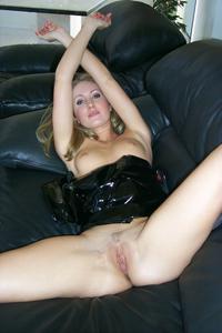 Знатная блондинка сняла трусики - фото #42