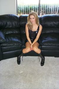 Знатная блондинка сняла трусики - фото #7