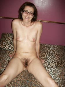 Просто голая женщина в очках