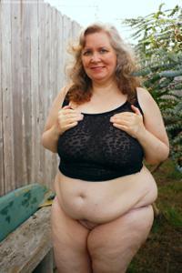 Жирная старуха оголилась на лавочке - фото #15
