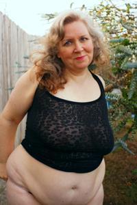 Жирная старуха оголилась на лавочке - фото #16
