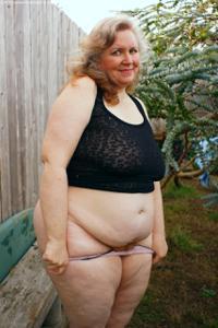 Жирная старуха оголилась на лавочке - фото #22