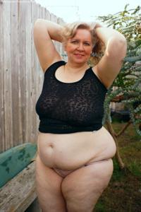 Жирная старуха оголилась на лавочке - фото #3