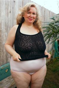 Жирная старуха оголилась на лавочке - фото #30