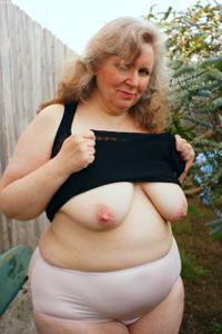 Жирная старуха оголилась на лавочке - фото #32