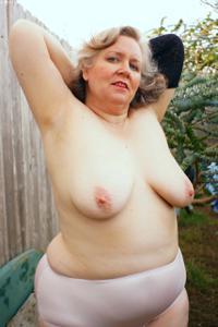 Жирная старуха оголилась на лавочке - фото #34