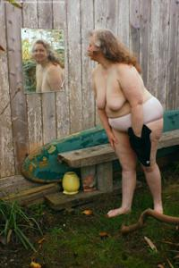 Жирная старуха оголилась на лавочке - фото #36