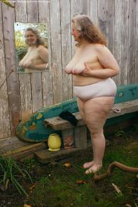 Жирная старуха оголилась на лавочке - фото #37