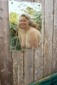 Жирная старуха оголилась на лавочке - фото #38