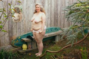 Жирная старуха оголилась на лавочке - фото #39