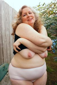 Жирная старуха оголилась на лавочке - фото #4