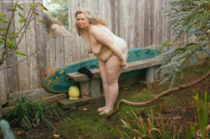 Жирная старуха оголилась на лавочке - фото #40