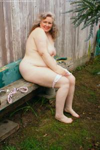 Жирная старуха оголилась на лавочке - фото #41